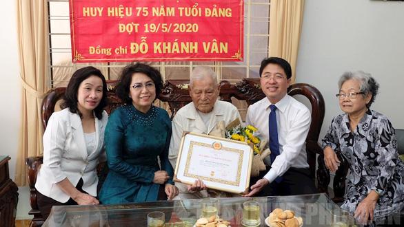 Trao huy hiệu 85 năm tuổi Đảng cho phu nhân cố Tổng bí thư Nguyễn Văn Linh - Ảnh 4.