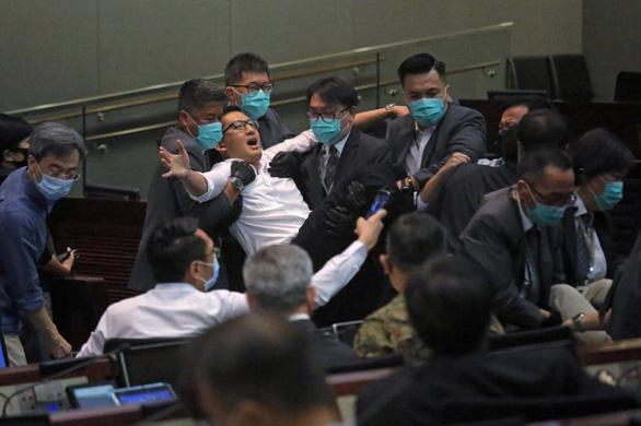 Các nghị sĩ Hong Kong ẩu đả vì luật cấm xúc phạm quốc ca Trung Quốc - Ảnh 1.