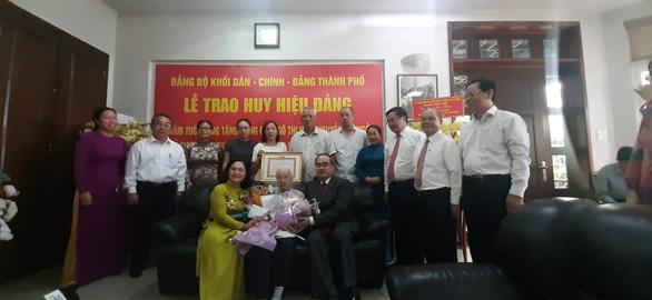 Trao huy hiệu 85 năm tuổi Đảng cho phu nhân cố Tổng bí thư Nguyễn Văn Linh - Ảnh 1.
