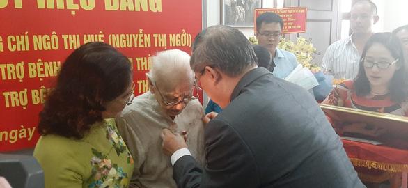 Trao huy hiệu 85 năm tuổi Đảng cho phu nhân cố Tổng bí thư Nguyễn Văn Linh - Ảnh 2.