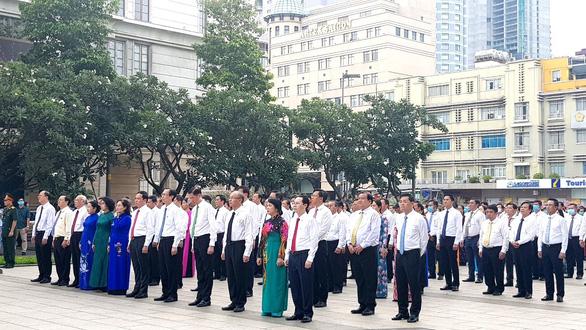 Lãnh đạo TP.HCM chào cờ kỷ niệm 130 năm ngày sinh Bác Hồ - Ảnh 2.
