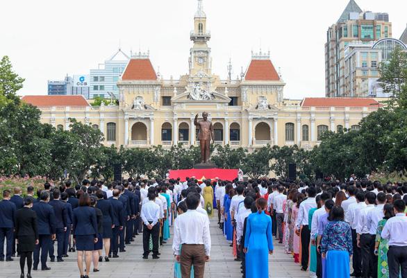 Lãnh đạo TP.HCM chào cờ kỷ niệm 130 năm ngày sinh Bác Hồ - Ảnh 1.