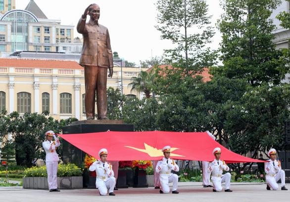 Lãnh đạo TP.HCM chào cờ kỷ niệm 130 năm ngày sinh Bác Hồ - Ảnh 3.