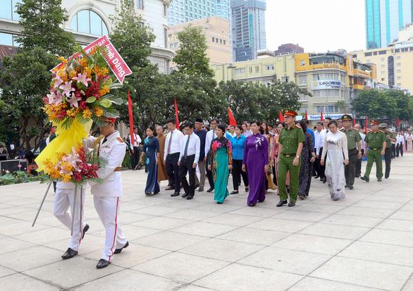 Lãnh đạo TP.HCM chào cờ kỷ niệm 130 năm ngày sinh Bác Hồ - Ảnh 4.