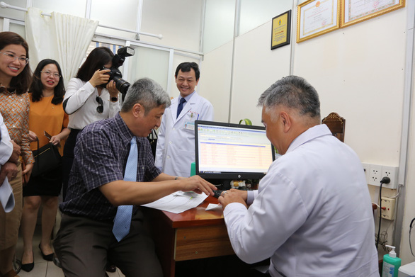 Tái khám ở Bệnh viện Chợ Rẫy không cần mang theo giấy tờ - Ảnh 2.