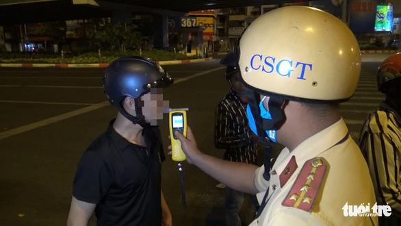 Chốt CSGT ngã 4 Hàng Xanh chặn, đo nồng độ cồn, phạt một loạt trường hợp - Ảnh 4.