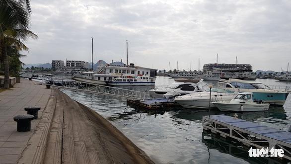 Tàu du lịch đồng loạt giảm giá cước tham quan vịnh Hạ Long - Ảnh 1.