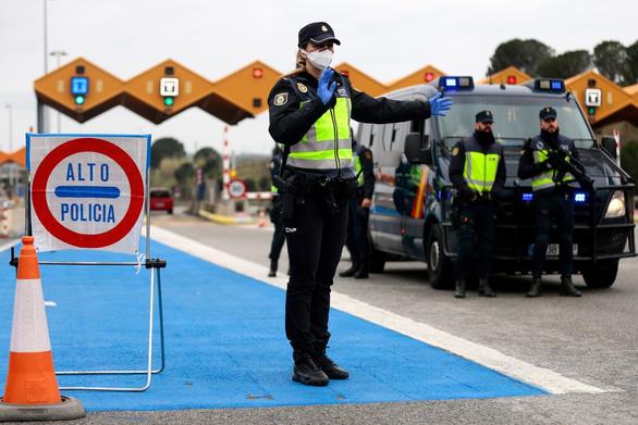 Các nước châu Âu tính chuyện mở trong, đóng ngoài để cứu du lịch - Ảnh 3.