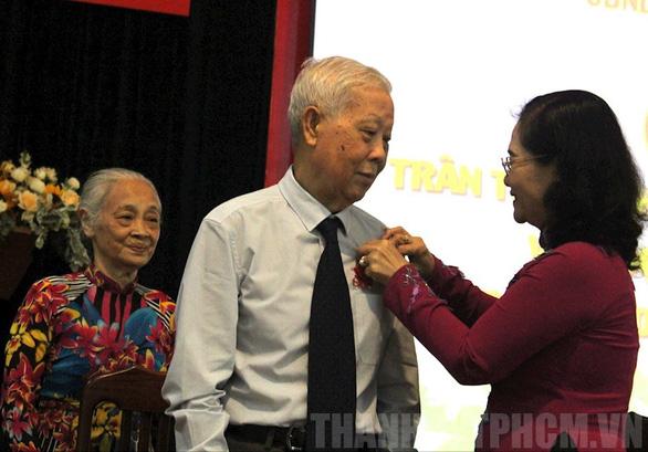 Trao huy hiệu 85 năm tuổi Đảng cho phu nhân cố Tổng bí thư Nguyễn Văn Linh - Ảnh 5.