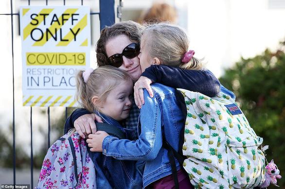 New Zealand áp dụng 'hôn rồi đi' cho học sinh - Ảnh 1.