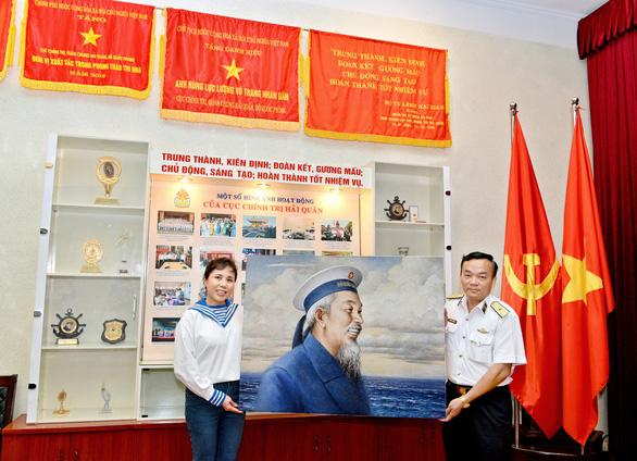 Tặng tranh Bác Hồ cho Bộ tư lệnh Quân chủng Hải quân - Ảnh 1.
