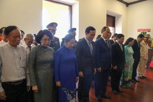 Lãnh đạo TP.HCM dâng hương tưởng niệm Chủ tịch Hồ Chí Minh - Ảnh 3.