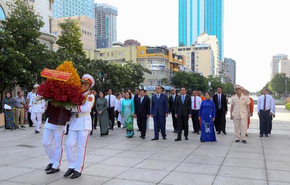Lãnh đạo TP.HCM dâng hương tưởng niệm Chủ tịch Hồ Chí Minh - Ảnh 5.