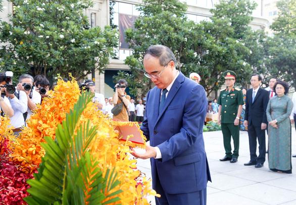 Lãnh đạo TP.HCM dâng hương tưởng niệm Chủ tịch Hồ Chí Minh - Ảnh 6.