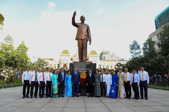 Lãnh đạo TP.HCM dâng hương tưởng niệm Chủ tịch Hồ Chí Minh - Ảnh 7.