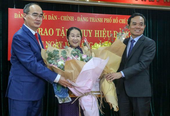 Phó bí thư Thành ủy Võ Thị Dung nhận huy hiệu 40 năm tuổi Đảng - Ảnh 2.