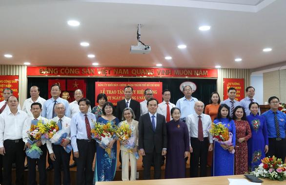 Phó bí thư Thành ủy Võ Thị Dung nhận huy hiệu 40 năm tuổi Đảng - Ảnh 1.