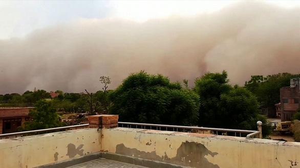 Video: Bão cát khủng khiếp quét qua Ấn Độ - Ảnh 2.