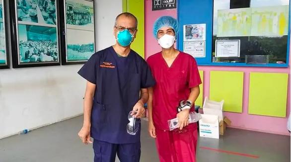 Bác sĩ Singapore: Chúng tôi học cách cười bằng đôi mắt - Ảnh 2.