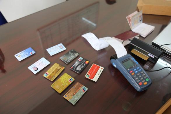 Nhóm người Trung Quốc ghi thông tin lấy được lên thẻ ngân hàng giả, rút 300.000 USD - Ảnh 2.