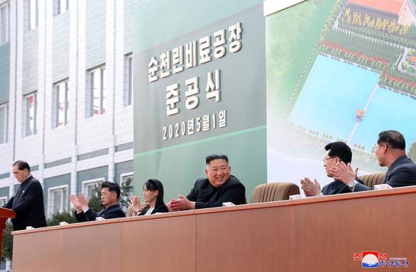 Hình ảnh ông Kim Jong Un xuất hiện trở lại sau những đồn đoán sức khỏe - Ảnh 3.