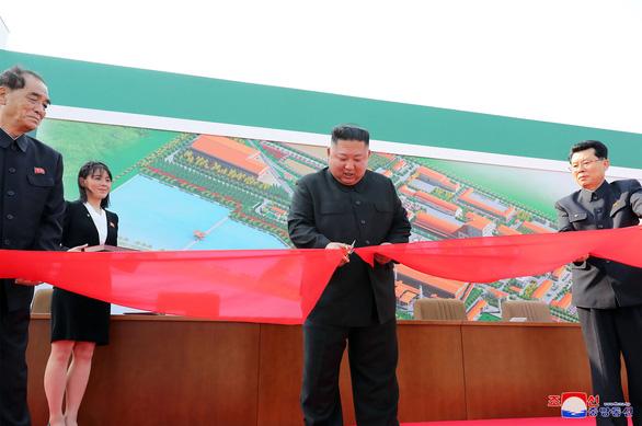 Hình ảnh ông Kim Jong Un xuất hiện trở lại sau những đồn đoán sức khỏe - Ảnh 1.