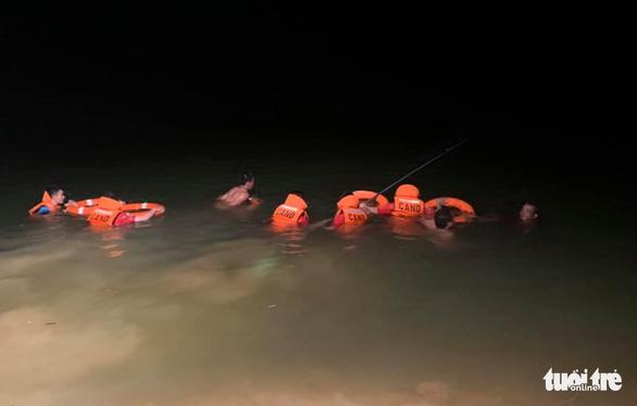 Lật thuyền đánh cá trong đêm, hai chú cháu chết đuối - Ảnh 1.
