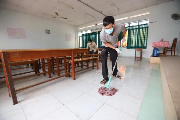 Nhà trường, phụ huynh TP.HCM, Hà Nội cùng dọn vệ sinh chuẩn bị đón học sinh trở lại - Ảnh 1.