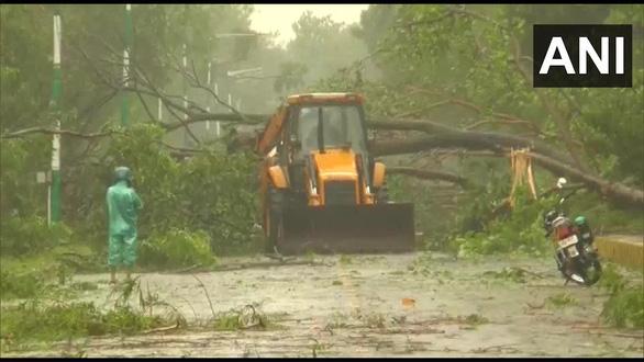 Dịch COVID-19 chưa qua, Ấn Độ, Bangladesh phải sơ tán hàng triệu dân vì siêu bão - Ảnh 2.