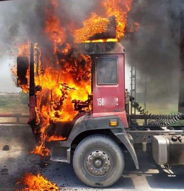 Cabin xe container cháy rụi giữa trưa nắng - Ảnh 1.