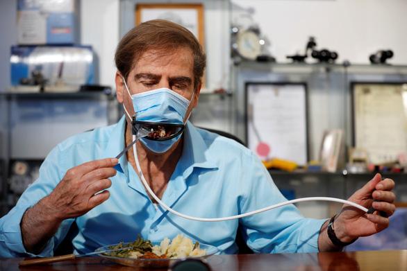 Israel sáng chế khẩu trang đặc biệt giúp ăn uống không lo lây virus - Ảnh 1.