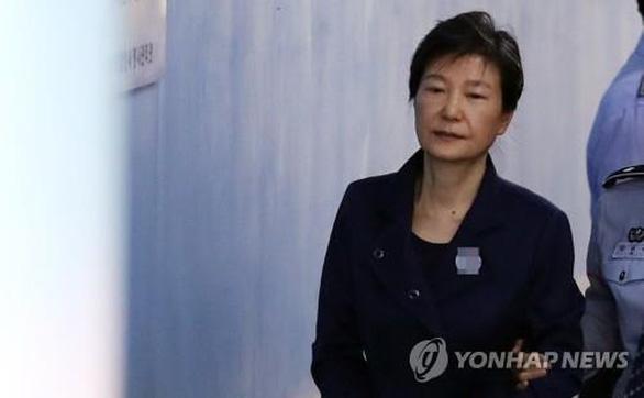 Nữ tổng thống đầu tiên của Hàn Quốc bị tăng lên 35 năm tù vì nhận hối lộ - Ảnh 1.