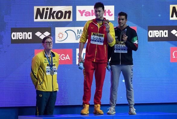 Kình ngư Sun Yang bị chính CĐV Trung Quốc chỉ trích vì phá mẫu thử doping - Ảnh 1.