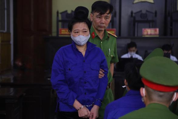 Sáng nay 21-5, 12 bị cáo trong vụ gian lận điểm thi ở Sơn La hầu tòa - Ảnh 2.