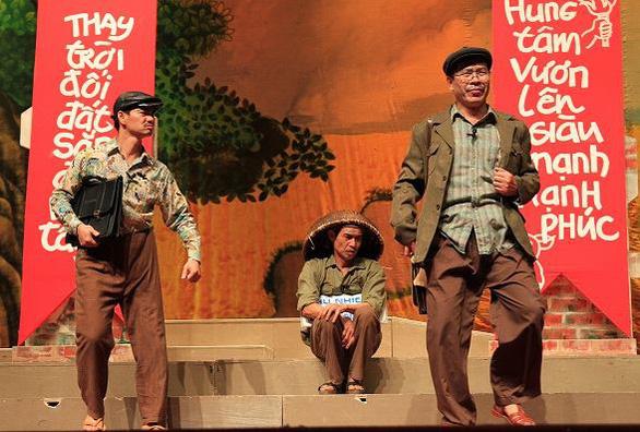 Các lãnh đạo bộ 'xung phong' mua 10 vé xem kịch Lưu Quang Vũ - Ảnh 1.