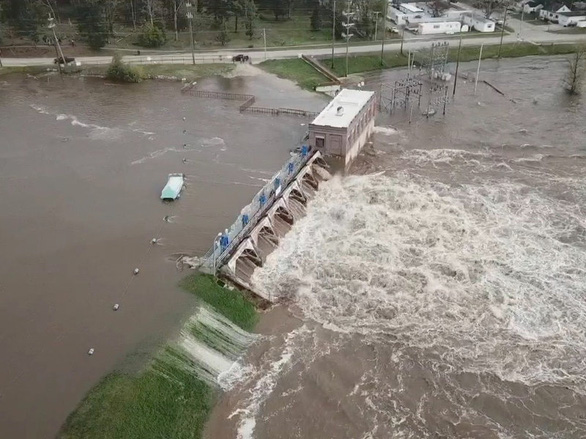 Vỡ cùng lúc 2 đập, 10.000 người Mỹ sơ tán vì lụt lịch sử  ở Michigan - Ảnh 1.