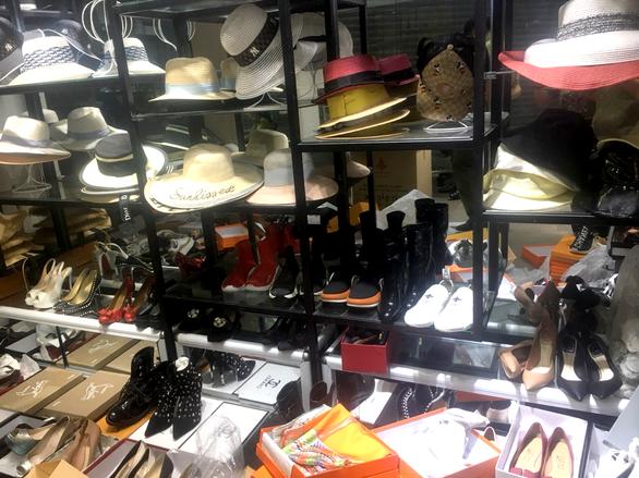 Hàng ngàn túi xách, quần áo, ví da giả 'hàng hiệu' ở phố cổ Hà Nội - Ảnh 1.