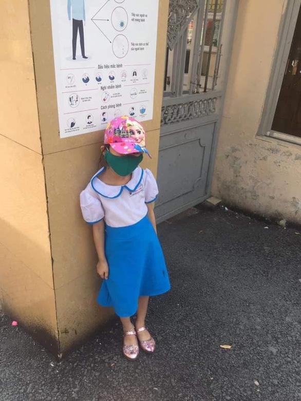 Học sinh lớp 1 bị phê bình, đứng ở cổng trường dưới nắng vì đi học sớm - Ảnh 1.