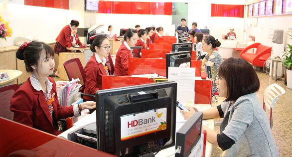 Ngân hàng tặng phiếu mua hàng cho khách gửi tiết kiệm - Ảnh 1.