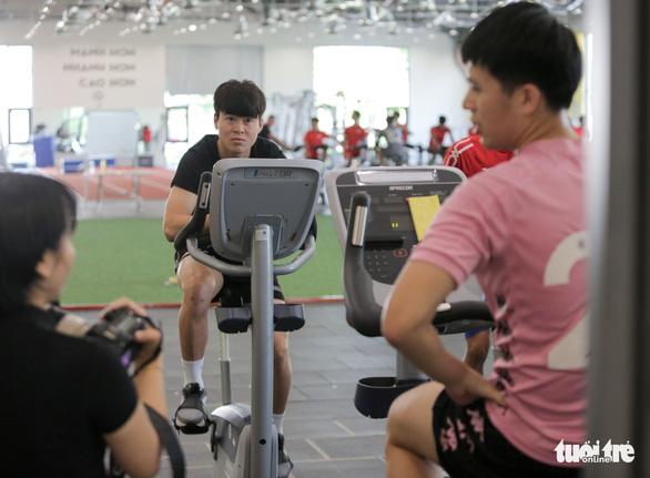 Đình Trọng đạp xe, Duy Mạnh tập tạ mướt mồ hôi ở PVF - Ảnh 5.