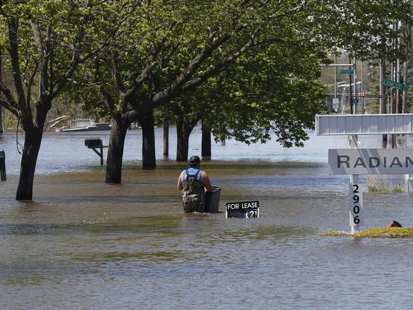Vỡ cùng lúc 2 đập, 10.000 người Mỹ sơ tán vì lụt lịch sử  ở Michigan - Ảnh 2.