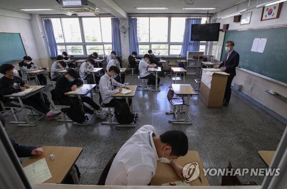 Hàn Quốc tiếp tục đau đầu về các ổ dịch mới ngoài Itaewon - Ảnh 1.