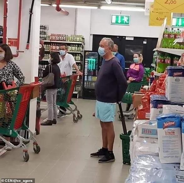 Tổng thống Bồ Đào Nha ra siêu thị cũng xếp hàng như mọi người - Ảnh 1.