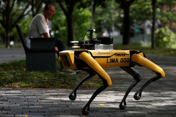 Singapore đưa chó robot ra công viên nhắc người dân giãn cách xã hội - Ảnh 1.