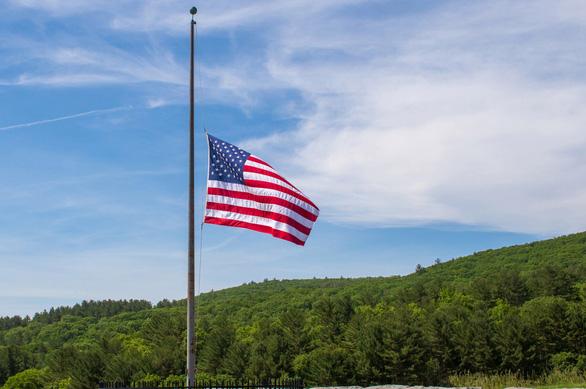Ông Trump chỉ đạo treo cờ rủ tưởng niệm nạn nhân COVID-19 - Ảnh 1.