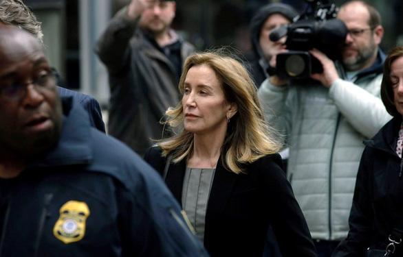 Nữ diễn viên Loughlin nhận tội trong vụ bê bối tuyển sinh đại học ở Mỹ - Ảnh 1.