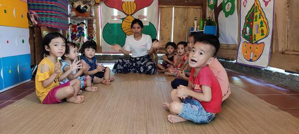 Dựng lều che khu vui chơi tránh nắng cho trẻ ở vùng cao Thanh Hóa - Ảnh 2.