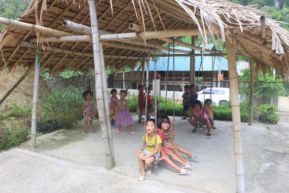 Dựng lều che khu vui chơi tránh nắng cho trẻ ở vùng cao Thanh Hóa - Ảnh 6.