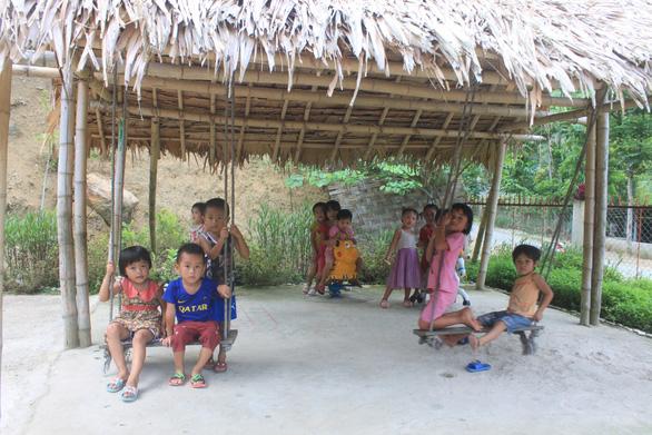 Dựng lều che khu vui chơi tránh nắng cho trẻ ở vùng cao Thanh Hóa - Ảnh 4.