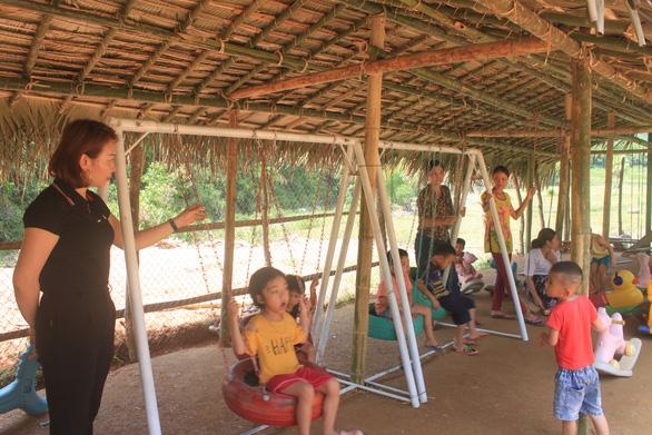 Dựng lều che khu vui chơi tránh nắng cho trẻ ở vùng cao Thanh Hóa - Ảnh 3.